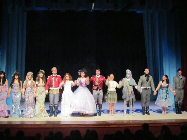 Elenco da peça A Pequena Sereia junto com a Roberta, ganhadora do nosso concurso cultural