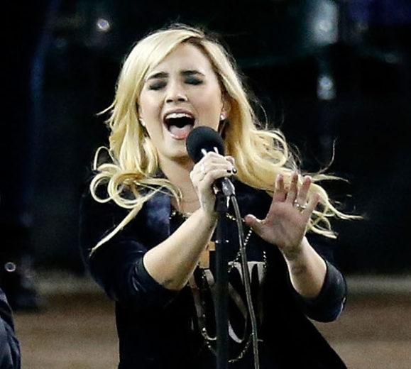 Demi Lovato canta o Hino Nacional dos Estados Unidos