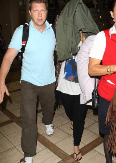 Depois de show no Brasil, Demi Lovato se esconde dos fotógrafos