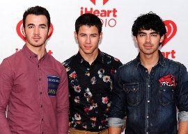"Jonas Brothers lança o single ""Wedding Bells"""