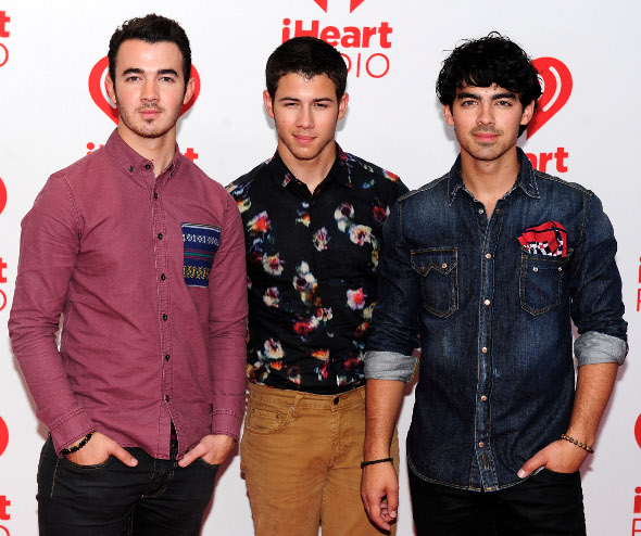 "Jonas Brothers lançam o single ""Wedding Bells"""