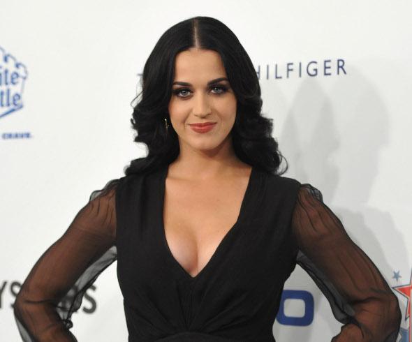 Katy Perry arrasa no decote em campanha contra o câncer