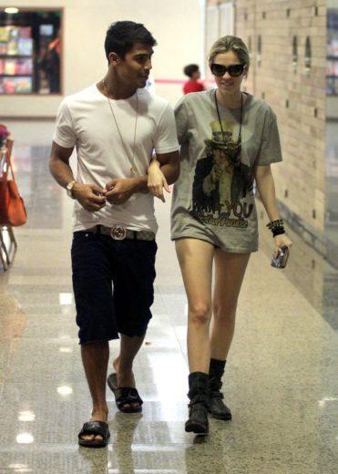 Sophia Abrahão e Micael Borges passeiam em shopping no Rio