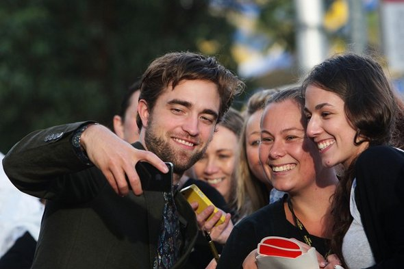 Robert Pattinson posa com fãs durante premiére em Sidney