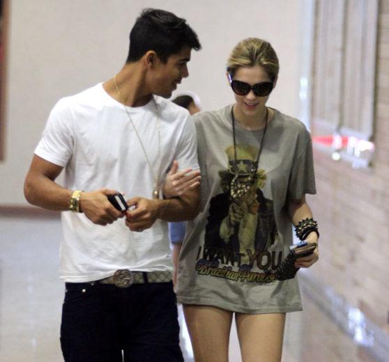 Micael Borges e Sophia Abrahão andando juntos