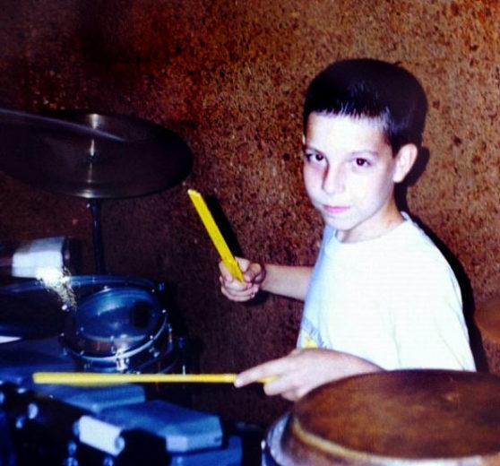 Di Ferrero criança tocando bateria