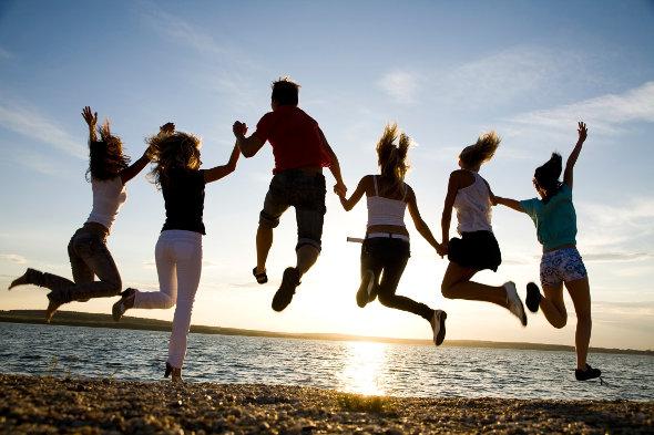amigos pulando na praia