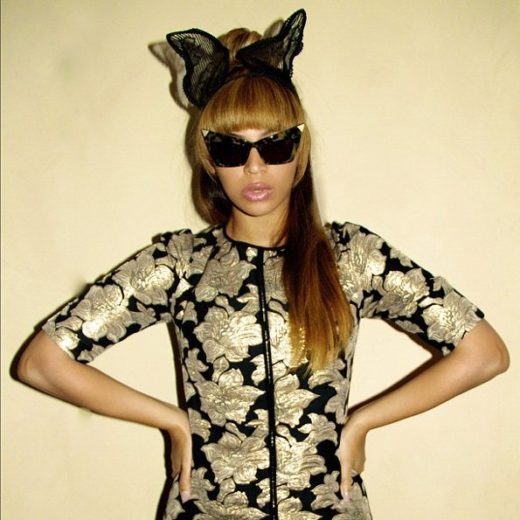 Beyoncé posa de roupa futurista