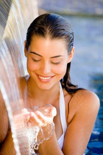 menina com cabelo molhado na piscina