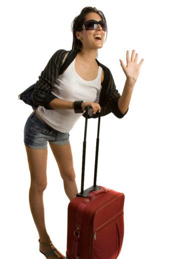 menina com mala na mão e óculos escuro