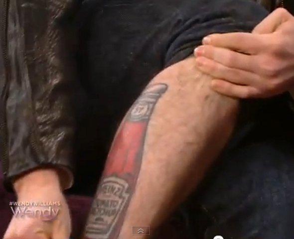Jackson Rathbone mostra tatuagem de ketchup na perna