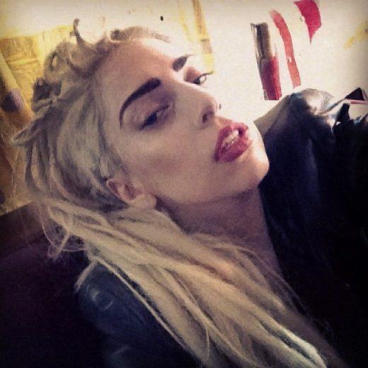 Lady Gaga faz dreads no cabelo