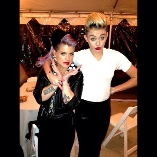 Kelly Osbourne usa sutiã de Miley Cyrus na cabeça!