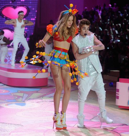 """Justin Bieber grava versão de """"Beauty and a Beat"""" com modelos"""