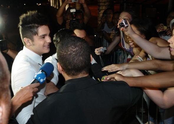 Luan Santana causa euforia em casamento de cantor sertanejo