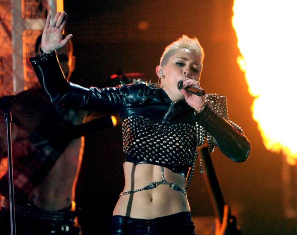 Miley Cyrus se apresenta com barriga de fora e visual roqueiro