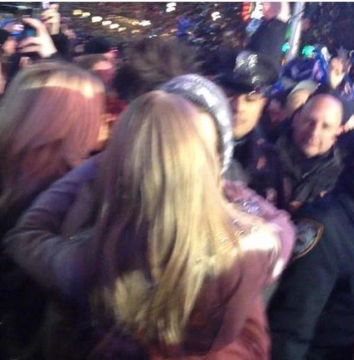 Harry Styles e Taylor Swift se beijam na virada do ano