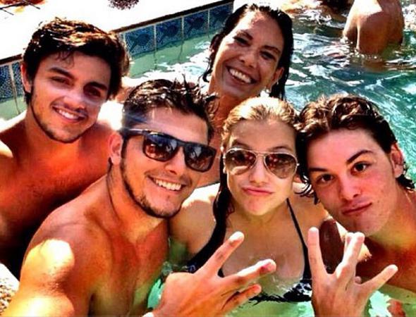Rodrigo Simas, Bruno Gissoni e Alice Wegmann curtem piscina juntos