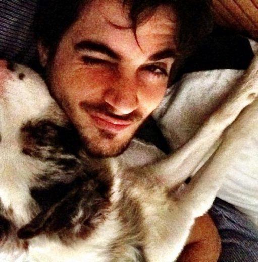 Fiuk posta foto abraçando sua cachorra