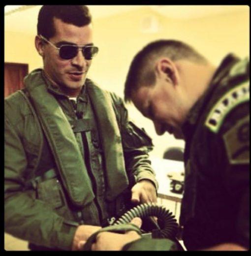 Thiago Martins posa com roupa de tenente