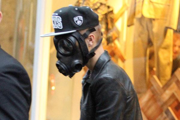 Justin Bieber usa máscara de gás para fazer compras em Londres-materia