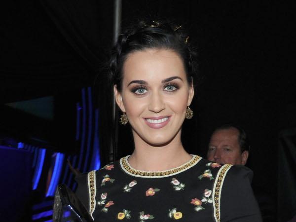 Katy Perry vai lançar linha de roupas própria-materia