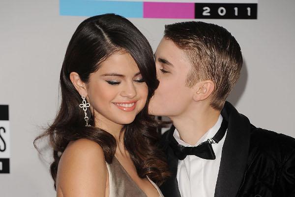 Selena Gomez e Justin Bieber são vistos juntos de novo-materia