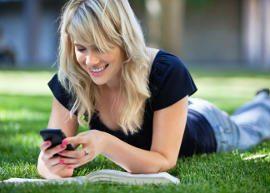 Garota vendo celular
