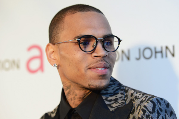 Chris Brown de óculos