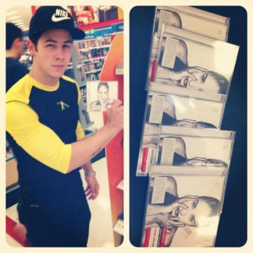 Nick Jonas com CDs