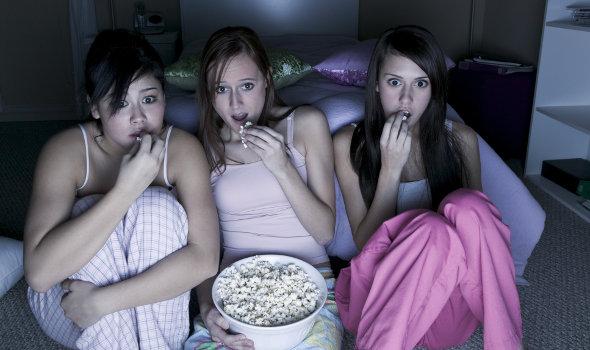 Amigas, cinema em casa, pipoca