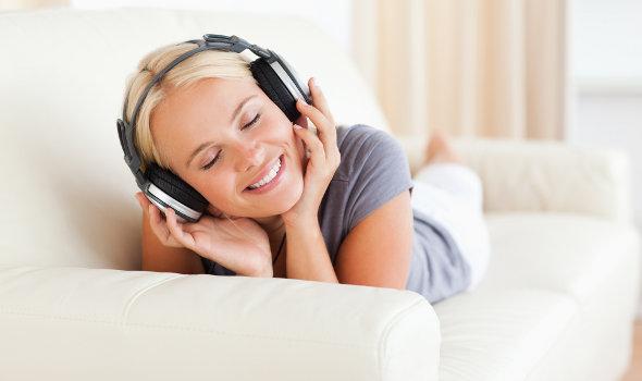 garota ouvindo música