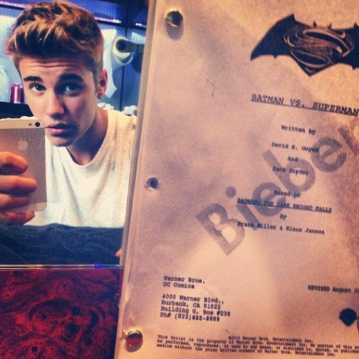 Justin Bieber posta foto com roteiro do proximo filme do batman