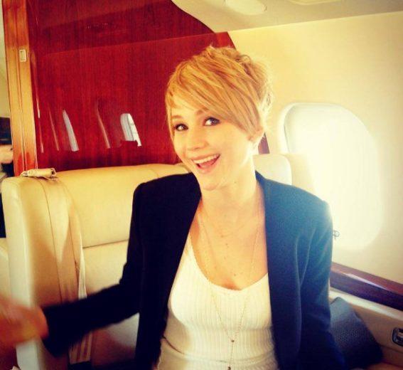 Jennifer Lawrence muda o visual e corta os cabelos
