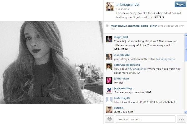 Ariana Grande de cabelo solto