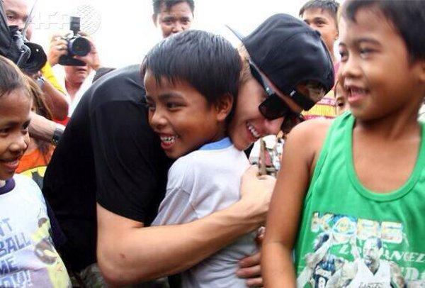 Justin Bieber abraça garoto filipino