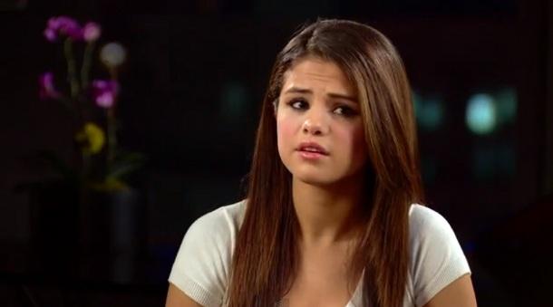 Fofa! Selena Gomez chora com homenagem de fã