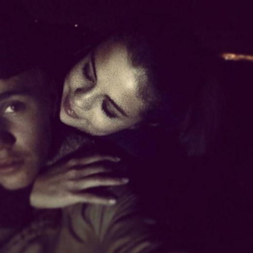 Justin Bieber posta foto com Selena Gomez abraçadinha