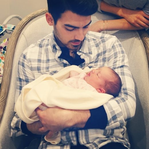 Joe Jonas paparica sobrinha Alena