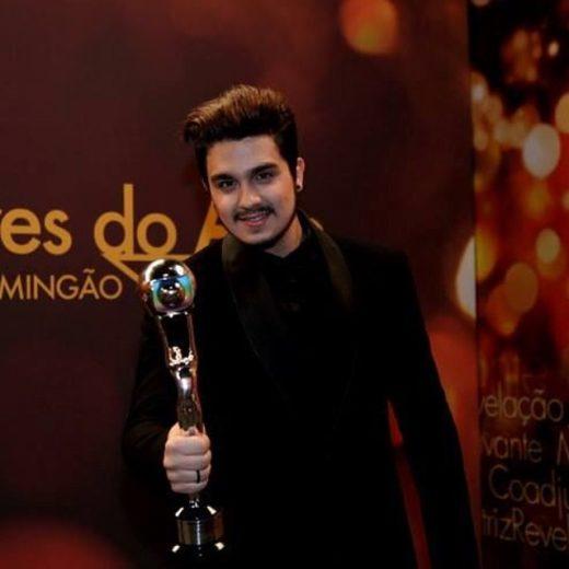 Luan Santana ganha prêmio e agradece aos fãs