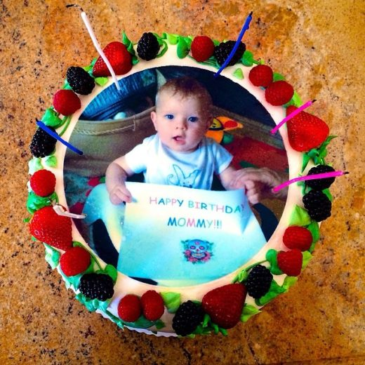 Fergie ganha bolo personalizado em seu aniversário