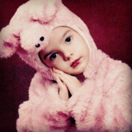 Giovanna Lancellotti relembra a infância em foto