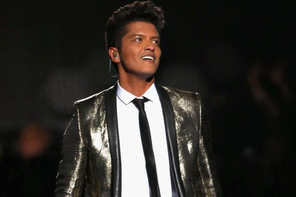 Bruno Mars faz doação para ajudar pessoas afetadas por furacão