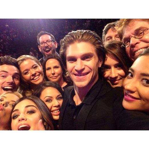 "Elenco de ""Pretty Little Liars"" posa para selfie"
