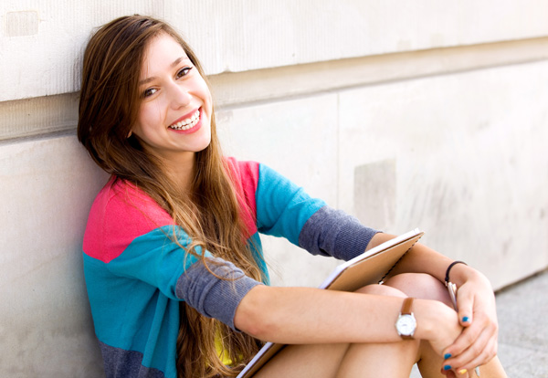 menina sentada sorrindo