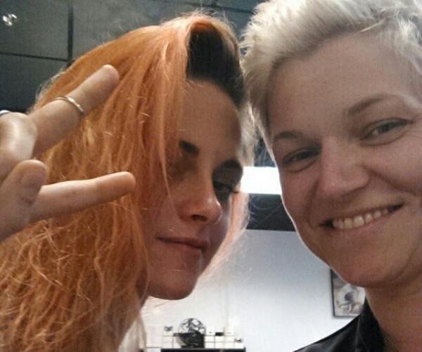 Kristen Stewart pinta o cabelo de laranja