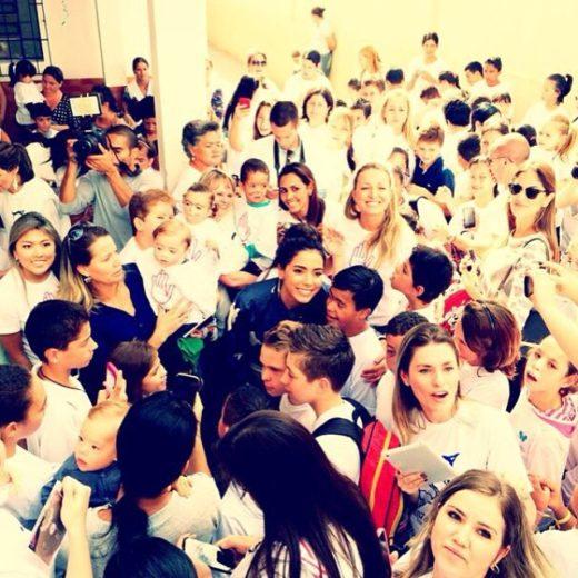 Anitta visita escola para crianças especiais