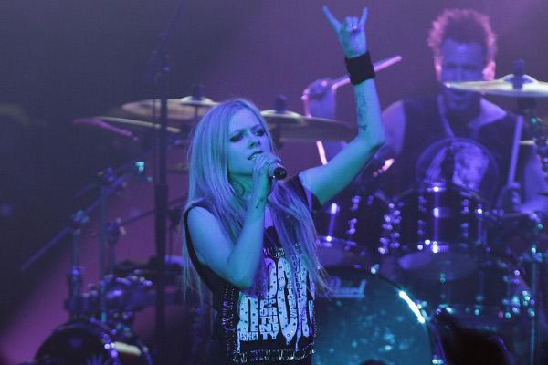 Avril Lavigne pergunta aos fãs brasileiros quais músicas deve cantar na turnê