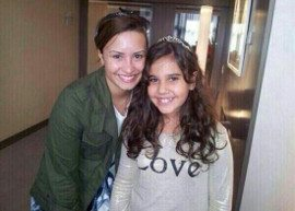 Demi Lovato tira foto com fã e aparece na sacada do hotel