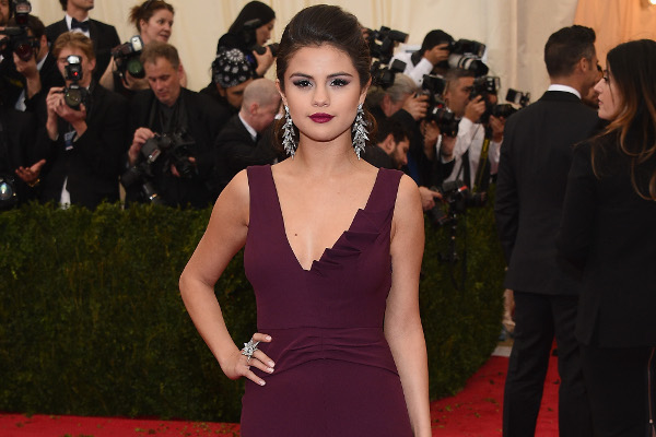 Família afirma que Selena Gomez estaria em tratamento contra o Lupus